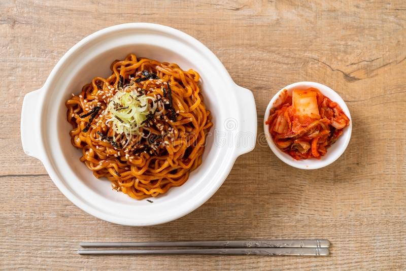 Koreansk varm och kryddig ögonblicklig nudel med kimchi royaltyfria foton