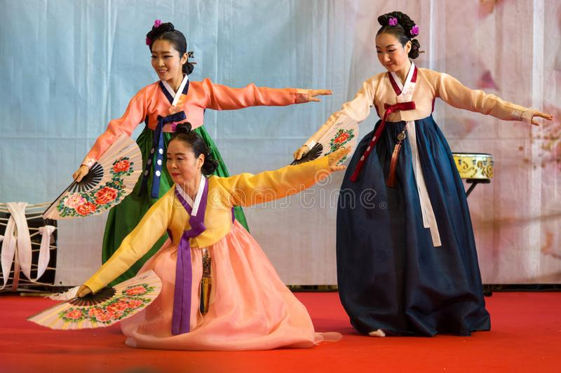 Koreanska flickor under dem kapacitet i den orientaliska festivalen i Genua, Italien arkivbild
