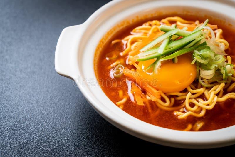 koreanska kryddiga ögonblickliga nudlar med ägget, grönsaken och kimchi arkivfoton