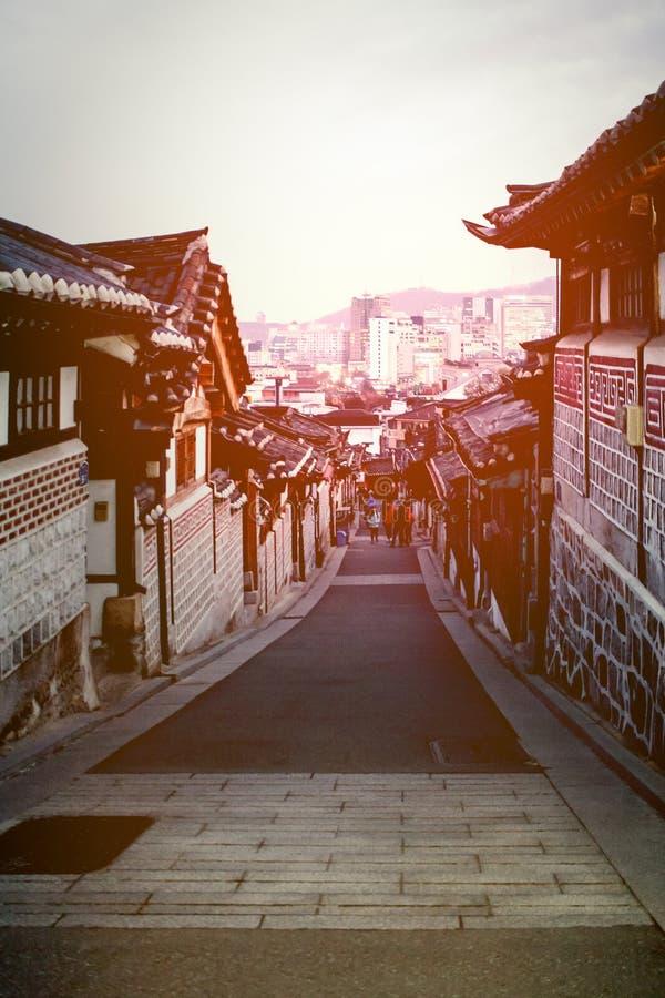 Koreanska traditionella hus på den Bukchon Hanok byn royaltyfri foto