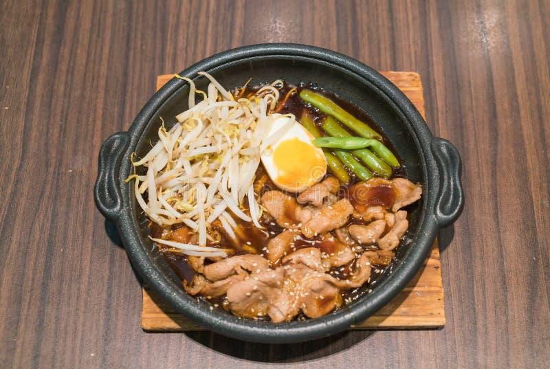 Koreanskt kryddigt bbq-griskött tjänade som på en varm platta arkivfoton