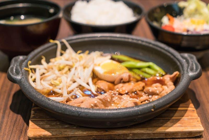 Koreanskt kryddigt bbq-griskött tjänade som på en varm platta arkivbild