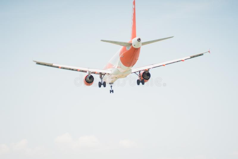 KORFU GREKLAND - juni 07, 2018: Länder för EasyJet flygbolagflygplan till CFU-flygplatsen i Korfu arkivbilder