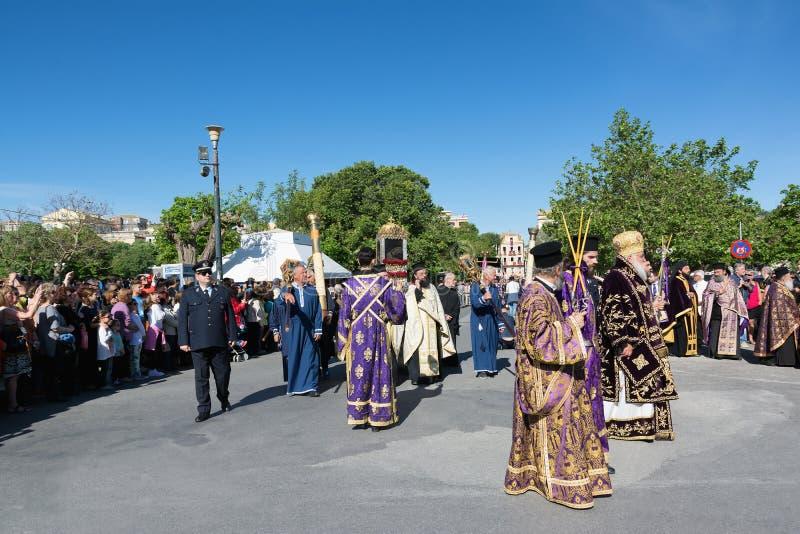 KORFU, GRIECHENLAND - 30. APRIL 2016: Die Prozession mit den Relikten des Schutzpatrons von Korfu, Heiliges Spyridon stockbilder