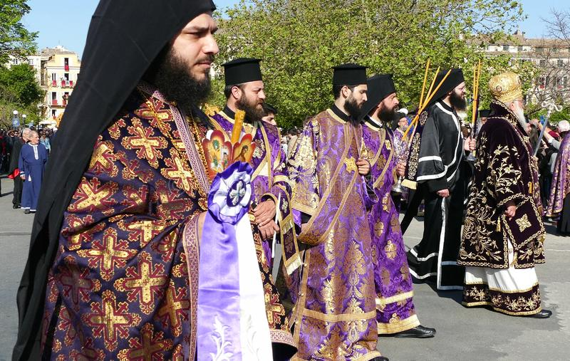 KORFU, GRIECHENLAND - 7. APRIL 2018: Prozession mit den Relikten des Schutzpatrons von Korfu, Heiliges Spyridon Litanei von St. S stockbilder