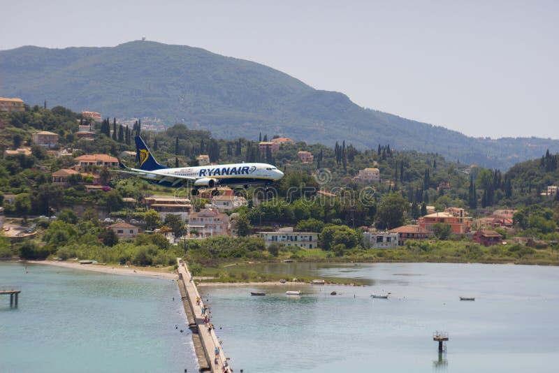 KORFU, GRIEKENLAND - juni 07, 2018: De vliegtuigenland van Ryanair Boeing aan CFU-Luchthaven in Korfu Zachte nadruk royalty-vrije stock foto's