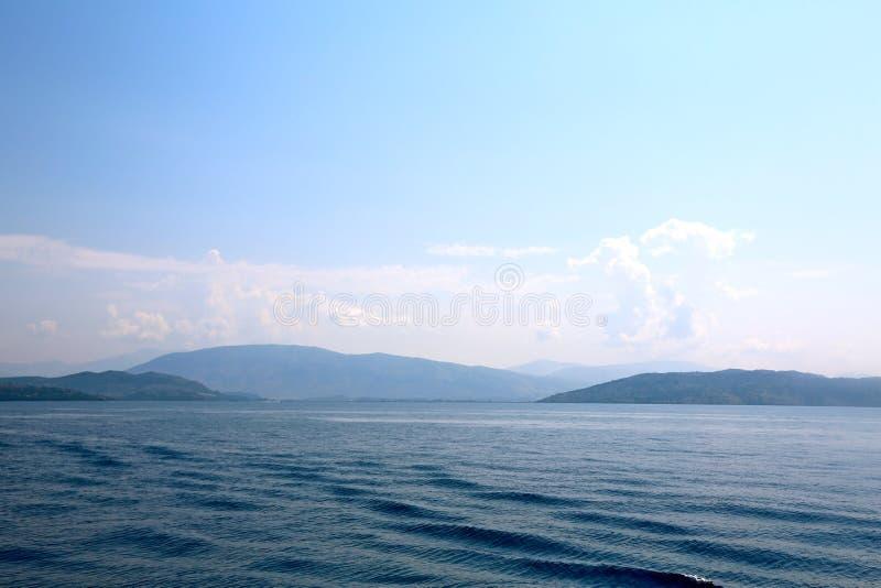 Korfu hav och kusten av Albanien royaltyfri bild