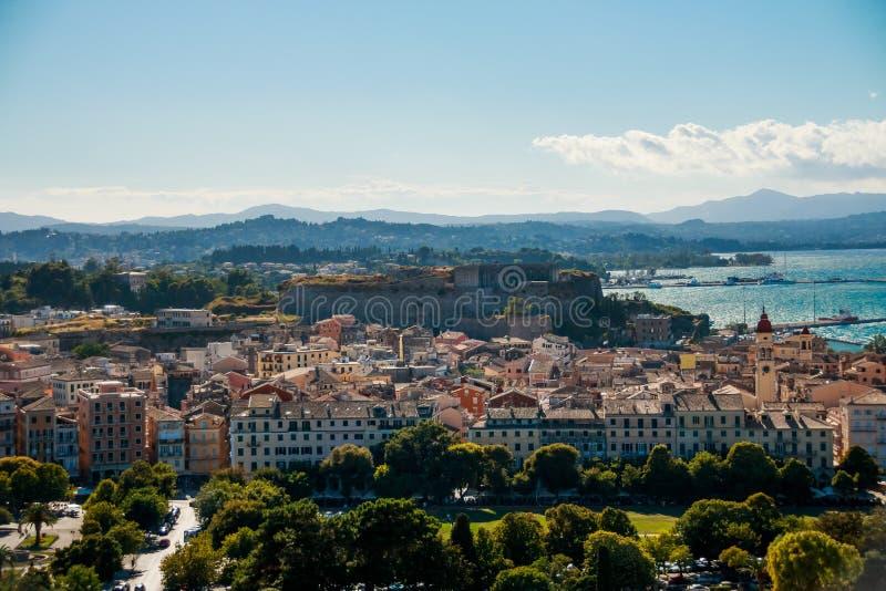 KORFU KERKYRA Ö, GREKLAND Panoramautsikt av den gamla staden av Korfu UNESCOvärldsarv och den nya fästningen arkivbilder