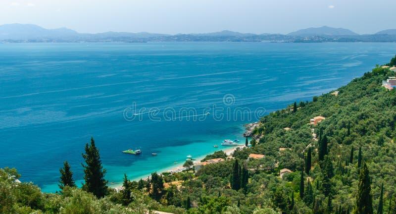 Korfu panorama på ett pittoreskt berglandskap med blåa fjärder arkivbilder