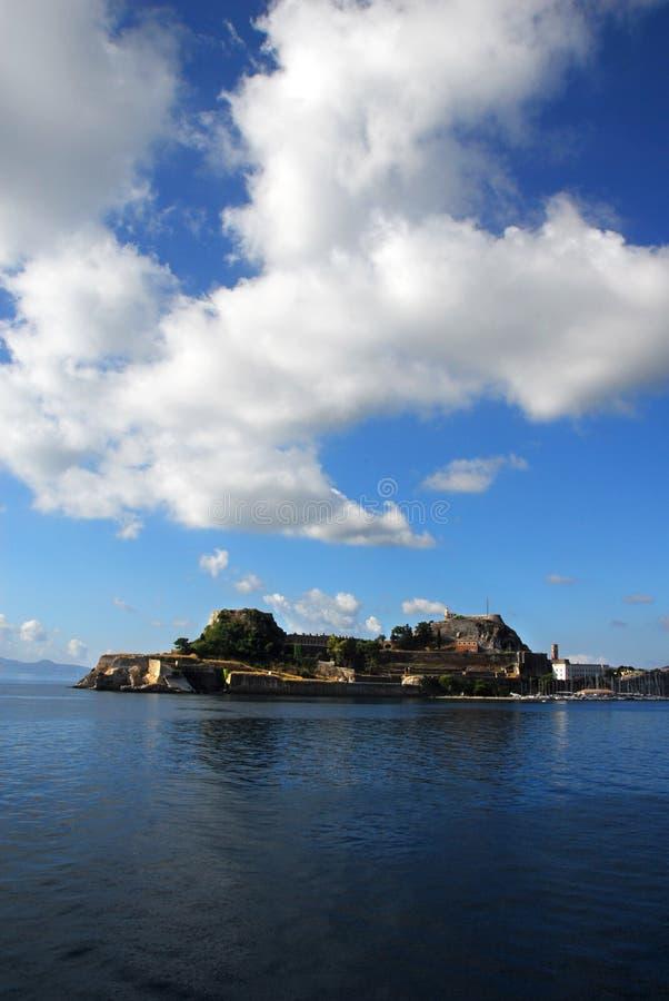 Korfu-Stadt vom Meer lizenzfreie stockfotos