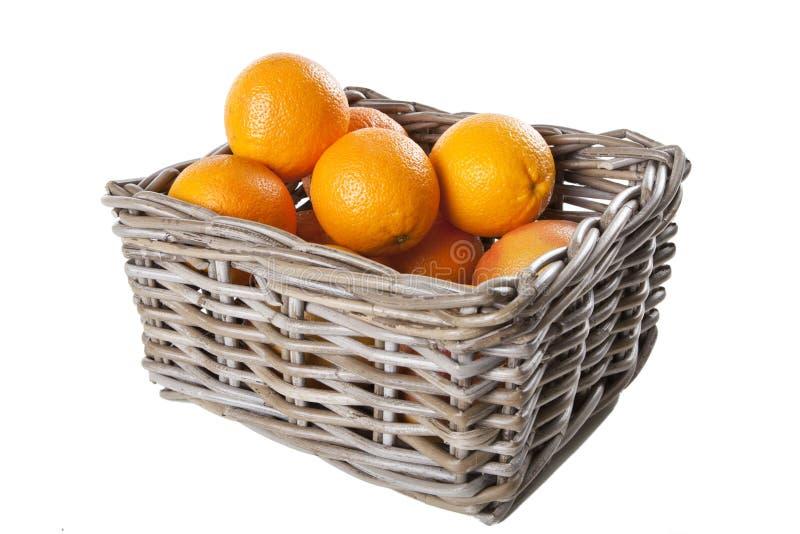 Korg av apelsiner med clippingmaskeringen royaltyfri fotografi
