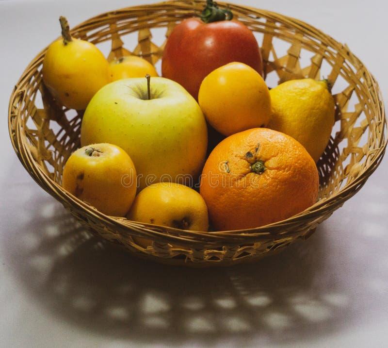 Korg av blandade s?songsbetonade frukter royaltyfri foto