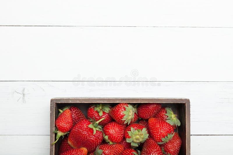 Korg av den nya jordgubbeskörden, läcker bio efterrätt Kopiera utrymme f?r text royaltyfri foto