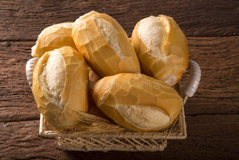Korg av `-franskbröd`, traditionellt brasilianskt bröd med brandbakgrund royaltyfri bild