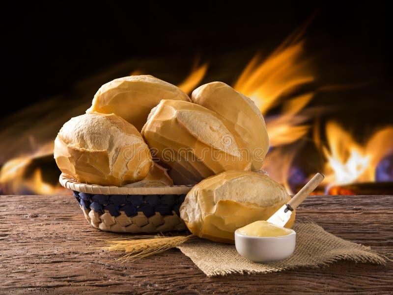 Korg av `-franskbröd`, traditionellt brasilianskt bröd med brandbakgrund royaltyfri foto