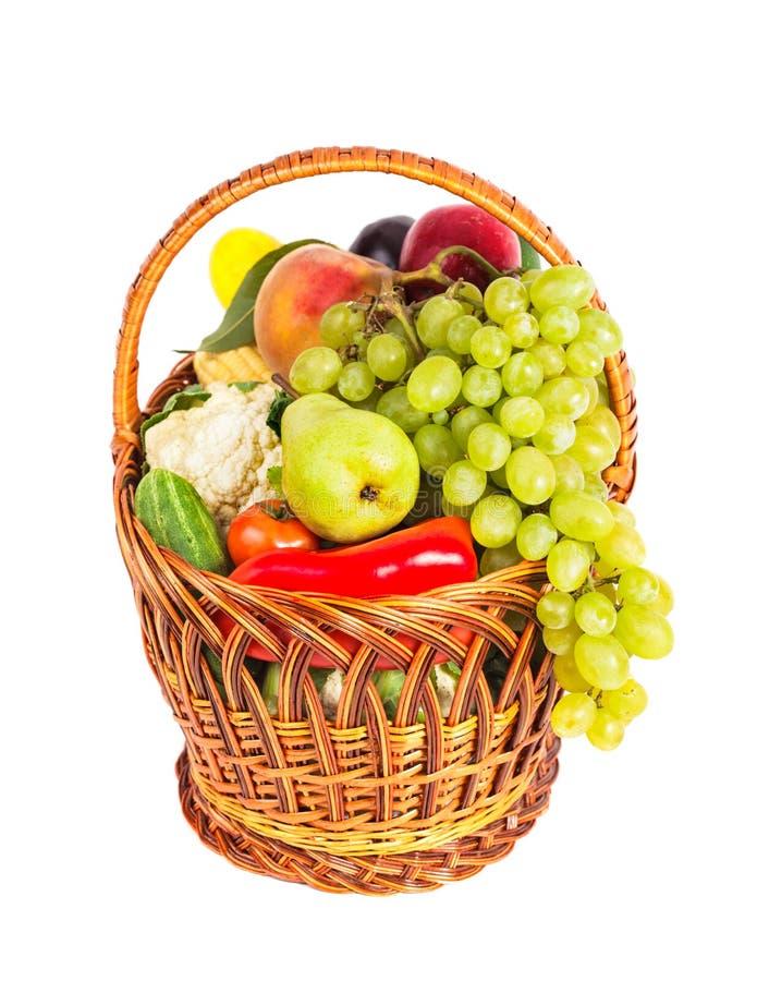 Korg av grönsaker och frukter royaltyfria bilder
