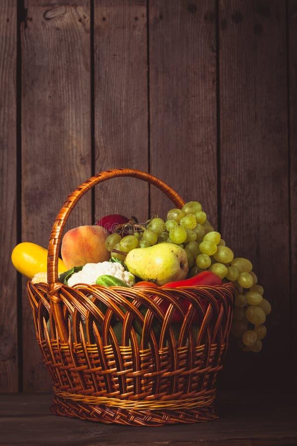 Korg av grönsaker och frukter fotografering för bildbyråer