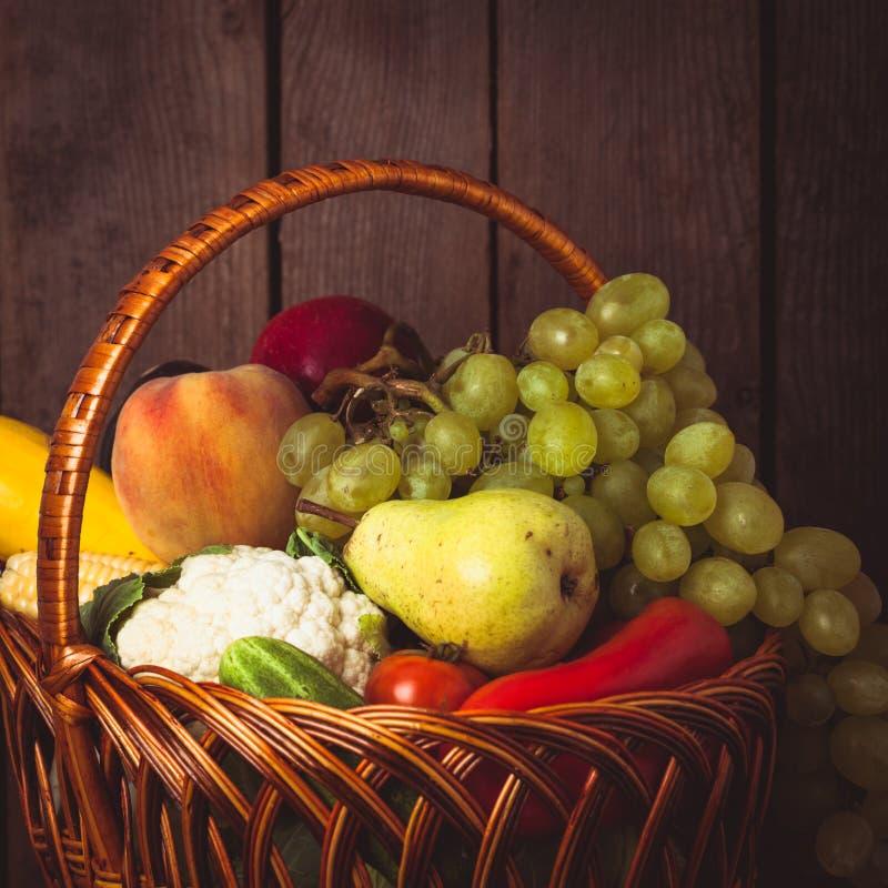 Korg av grönsaker och frukter arkivfoto