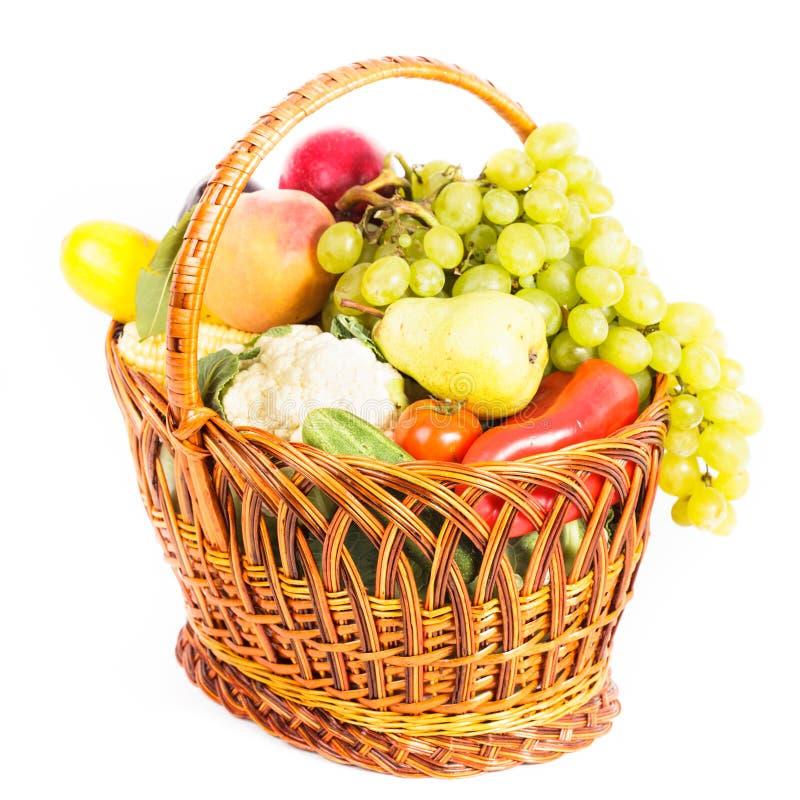 Korg av grönsaker och frukter arkivbild