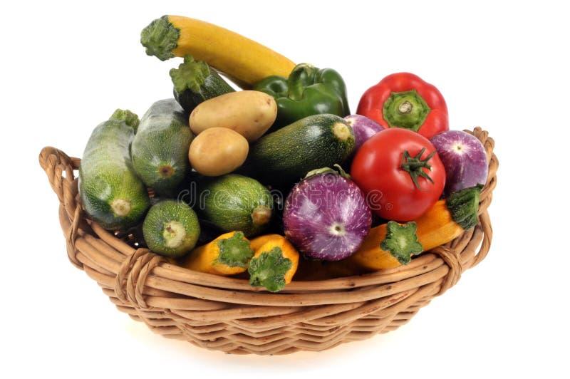 Korg av grönsaker på en vit bakgrund arkivbilder