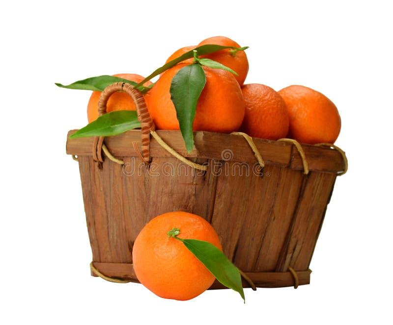 Korg av mogna mandariner arkivfoton