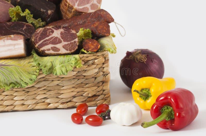 Korg av rökte kött och nya trädgårds- grönsaker royaltyfri fotografi