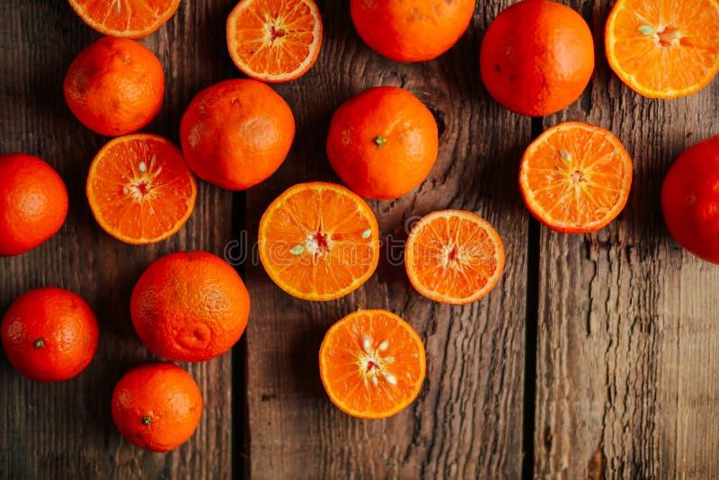 Korg av tangerin på en trätabell Läckra och härliga tangerin citrus klar text för bakgrund MandarintangerinCloseup lantligt royaltyfri bild