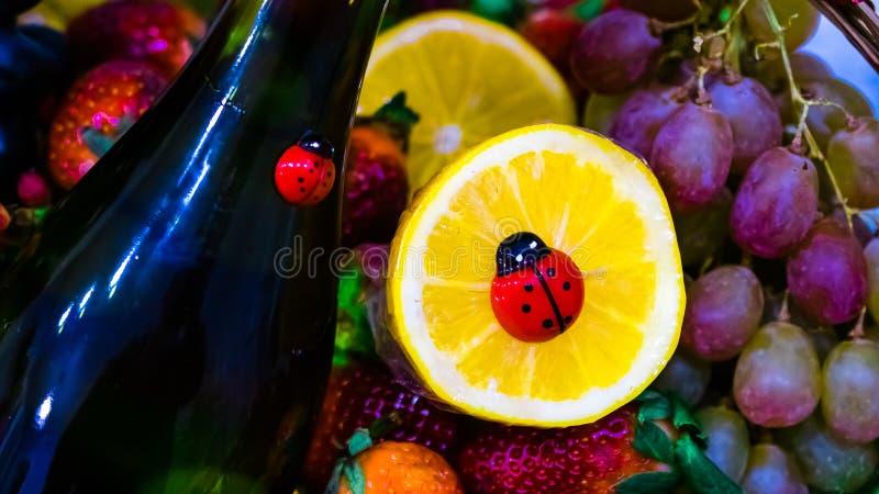 Korg-engåva med en variation av frukter och vin royaltyfri fotografi