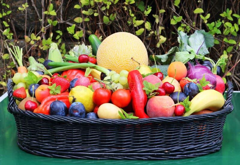 Korg för nya frukter och grönsak arkivbild