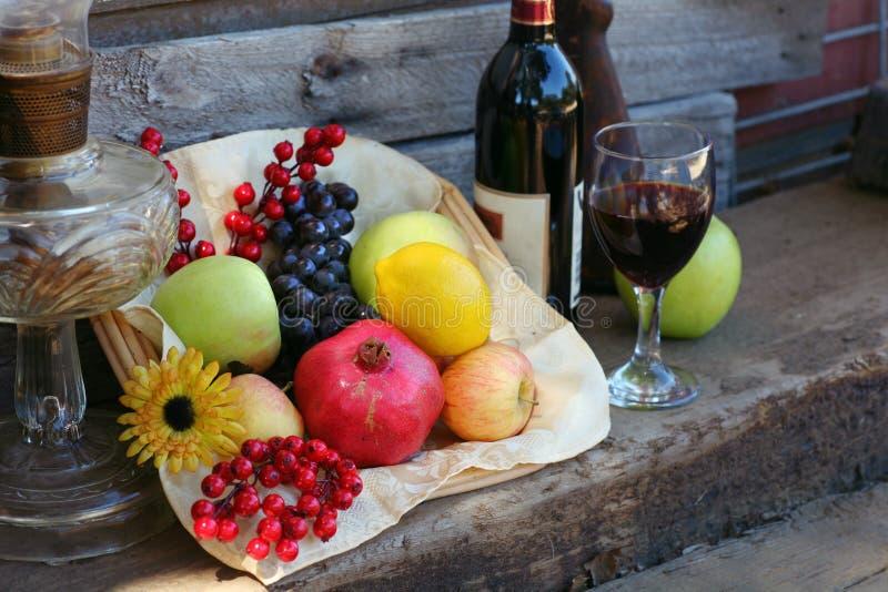korg fylld fruktskörd fotografering för bildbyråer