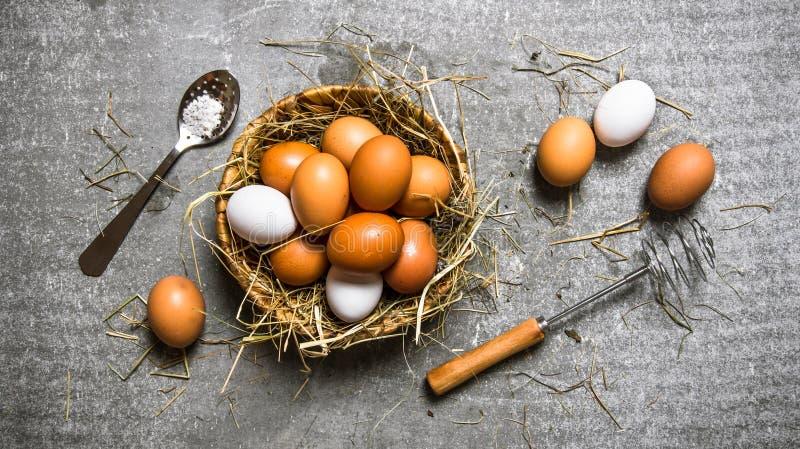 Korg med ägg, med en vifta På stenbakgrund arkivfoto
