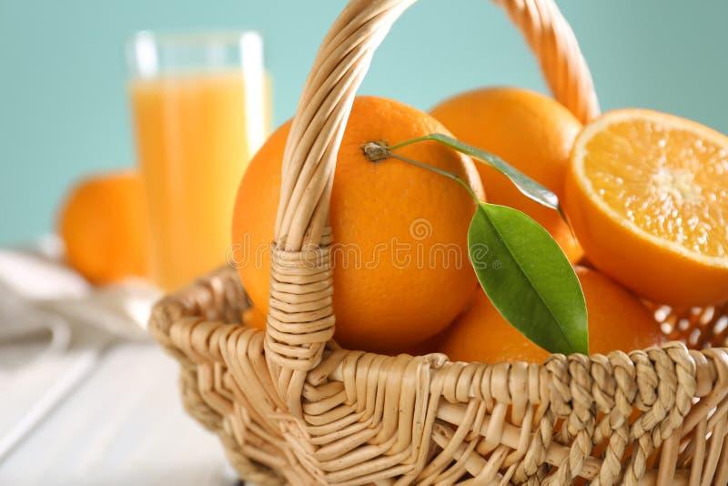 Korg med apelsiner på tabellen royaltyfri foto