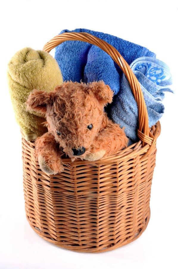 Korg med badlakan och en nallebjörn royaltyfri foto