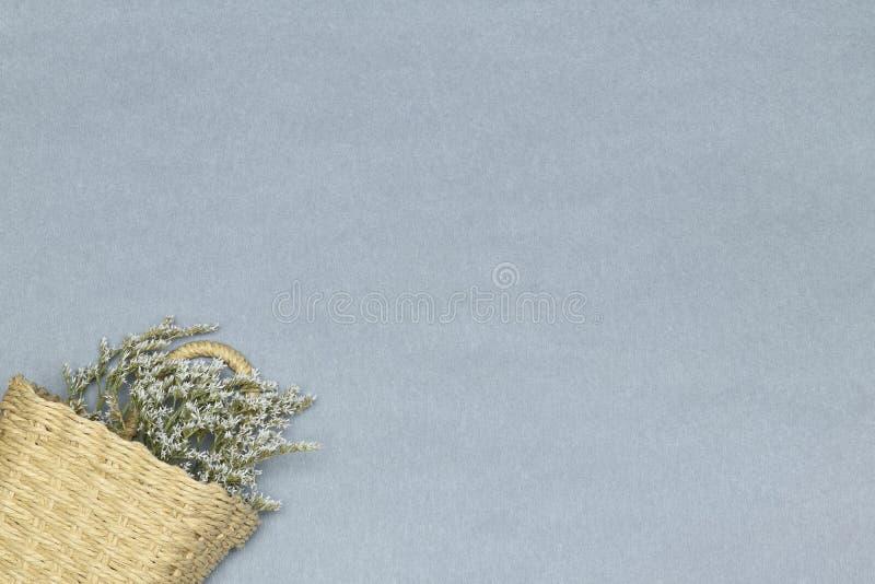 Korg med blommor på den gråa bakgrunden royaltyfri fotografi