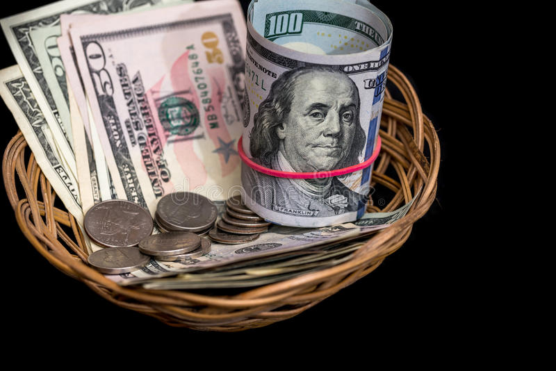Korg med den isolerade dollaren arkivfoto