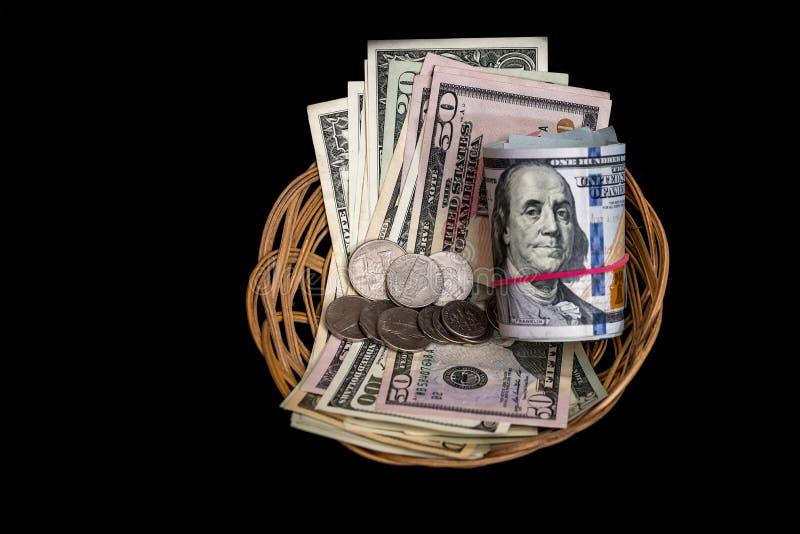 Korg med den isolerade dollaren royaltyfria bilder