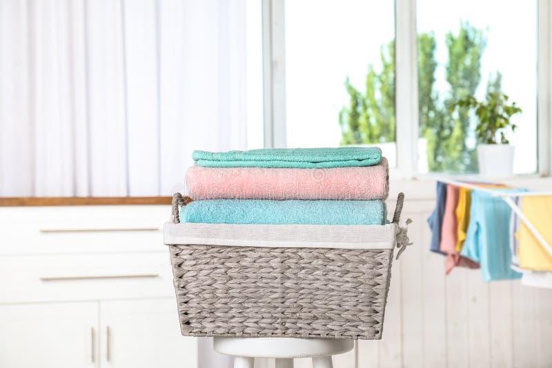 Korg med den rena tvätterit på stol royaltyfria foton