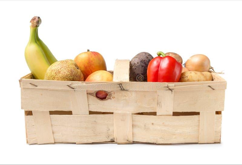 Korg med frukt och grönsaken arkivfoto