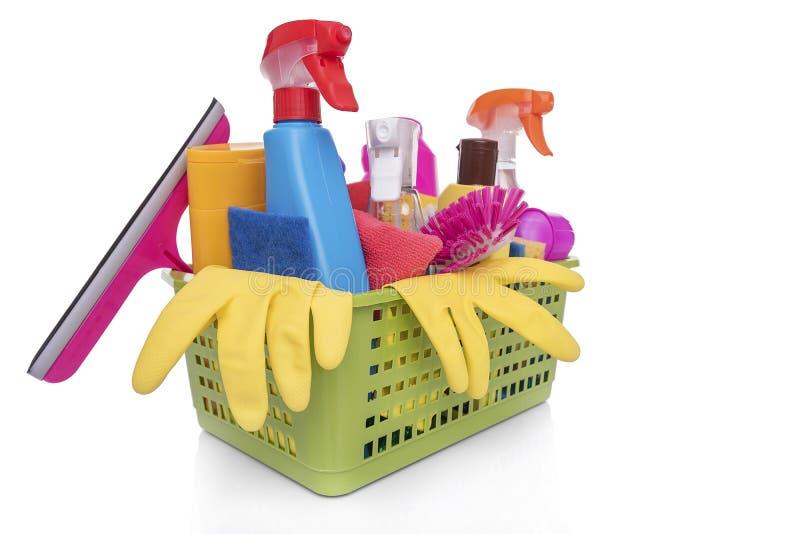 Korg med hushålllokalvårdprodukter arkivbilder