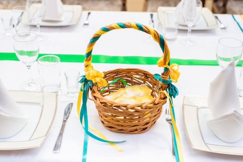 Korg med kronblad, dekor för ett bröllop royaltyfria bilder