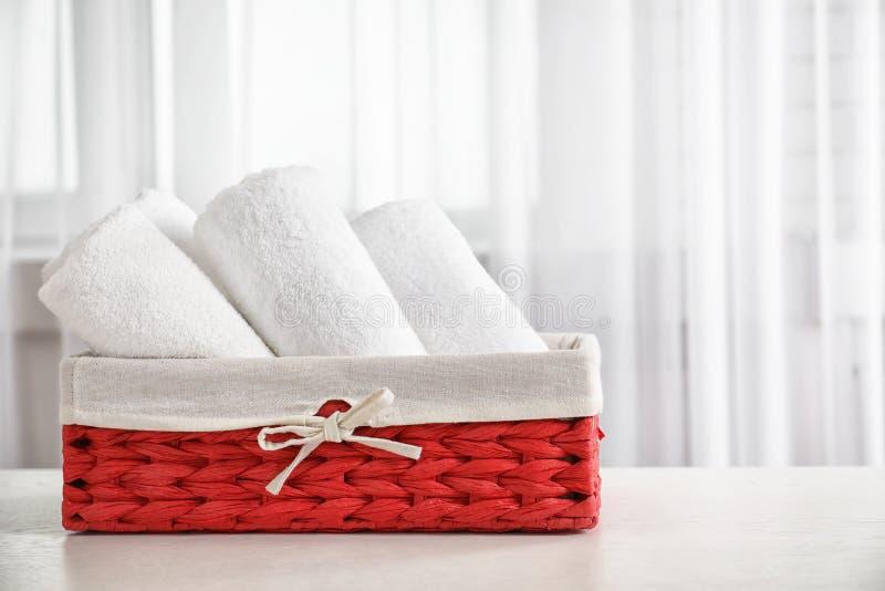 Korg med rena handdukar royaltyfri fotografi