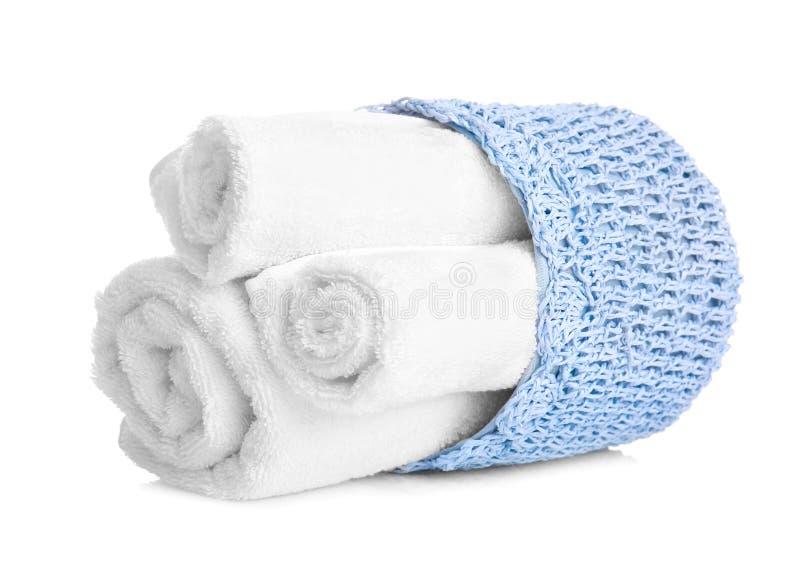 Korg med rena handdukar på vit bakgrund royaltyfri fotografi