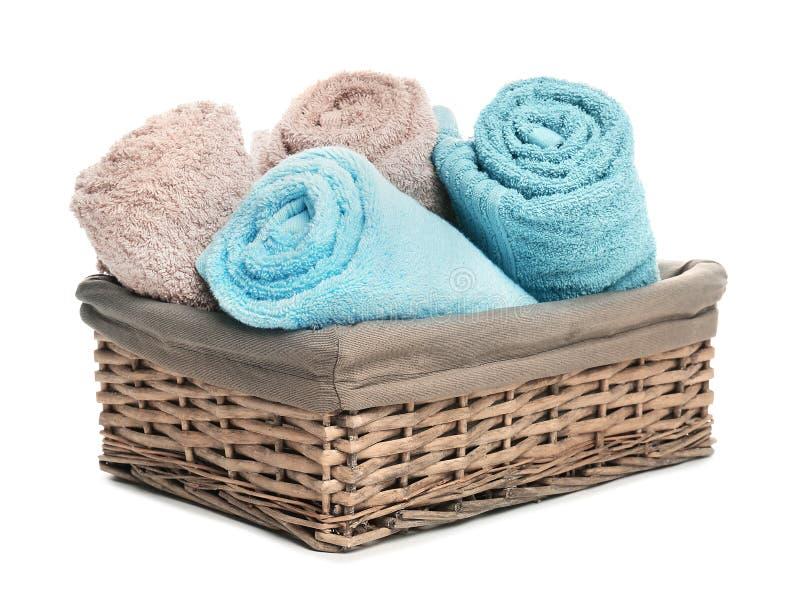 Korg med rena mjuka handdukar arkivbild