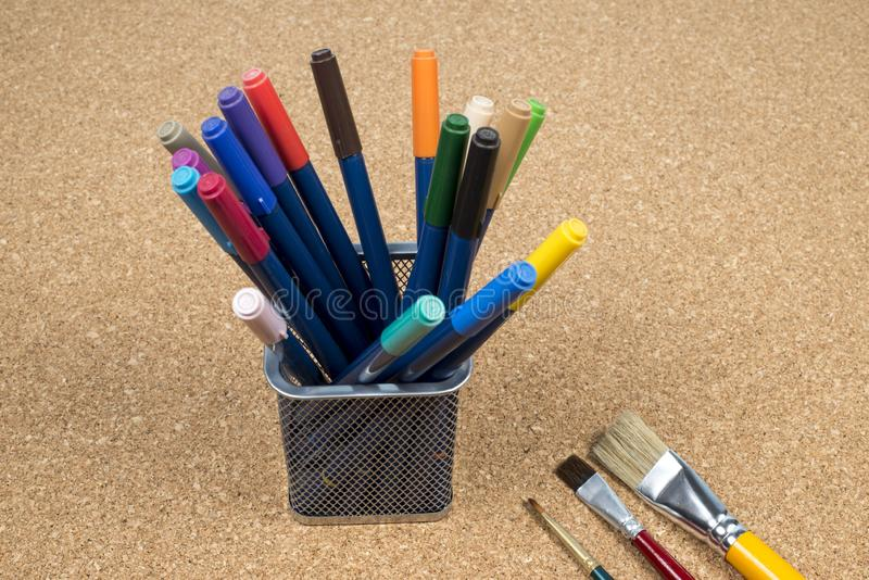 korg med tillverkarepennor arkivfoton