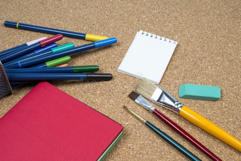 korg med tillverkarepennor arkivbild