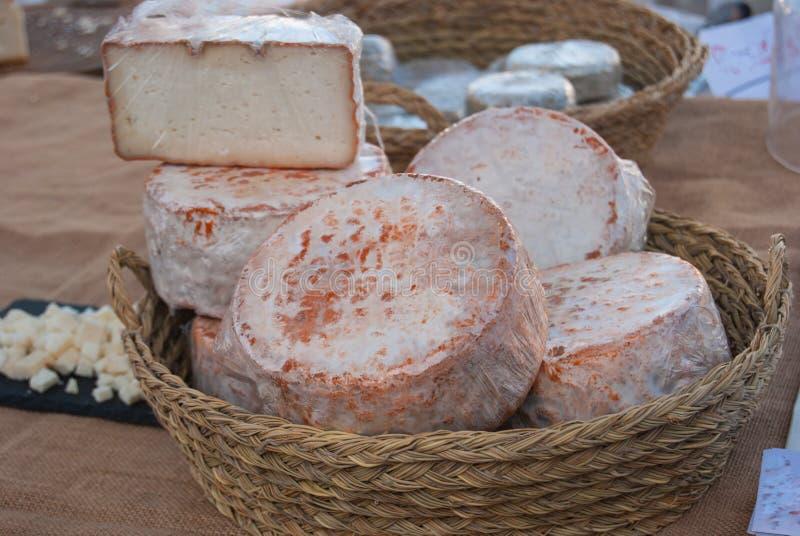 Korg med typiska ostformer arkivbilder
