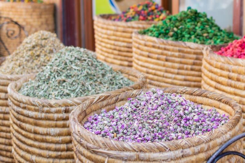 Korgar av färgrik naturlig organisk örtte i den Marrakech marknaden, Marocko grupp av härliga torra färgrika blommor Torkade ro royaltyfri bild