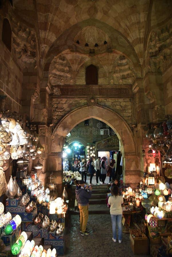 Korgar med kryddor i Kairomarknadsställe royaltyfri foto