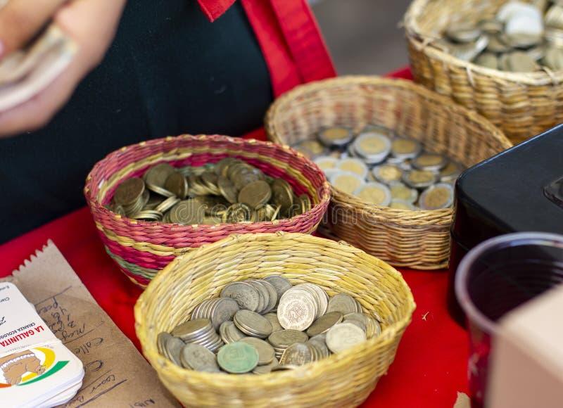 Korgar med peruansk kallad myntvaluta 'sular ', arkivbild