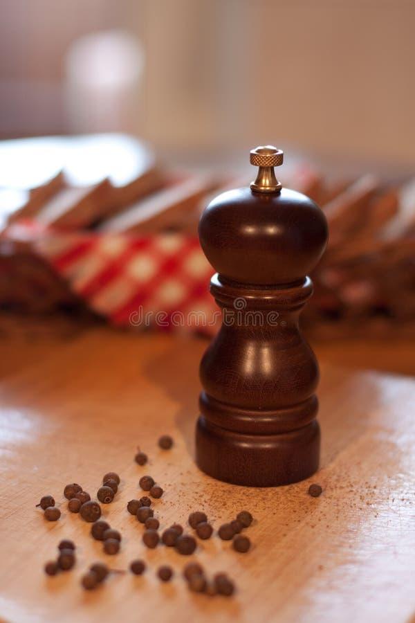 korgbröd mal pepparträ arkivfoto